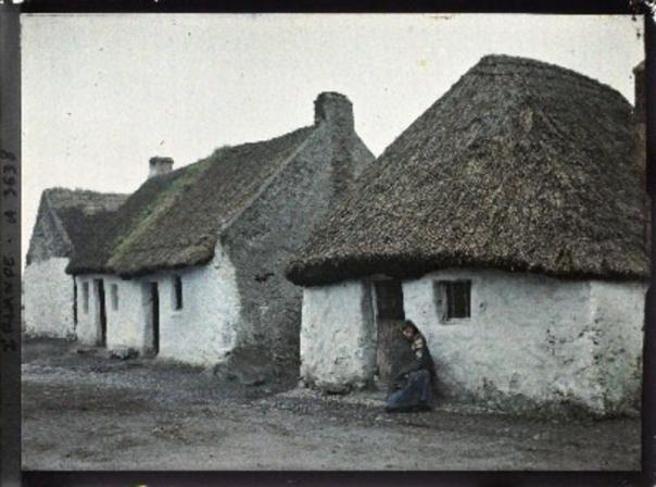 La plus petite maison du village et la femme qui l'habite. The C